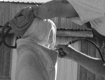 Sculpting a woman in a korowai